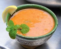 Pittige linzensoep: Turks 'comfort food' bij uitstek. In Turkije wordt soep de hele dag gedronken.