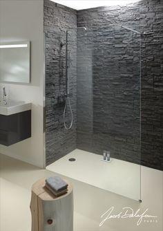 Une des grandes tendances actuelles ? Les plaquettes de parement dans la salle de bains! Chez Jacob Delafon, nous avons imaginé votre douche Contra avec un mur en briques noires. #parement #tendance #déco #douche #salledebains #jacobdelafon
