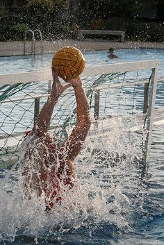 One of the best times in my life was being a goalie. I miss playing.more than I miss swimming competitively. Women's Water Polo, Waterpolo, Water Polo Players, Surf, Swim Team, Swimming Holes, Sports Pictures, Cool Eyes, Water Sports