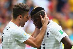 Olivier Giroud résonne Paul Pogba, les Français doivent se remettre dans le match.