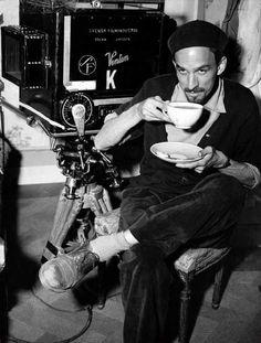 Dicen que a Ingmar Bergman, que nació un día como hoy hace 95 años, le gustaba el té de bergamota (una pausa durante el rodaje de «Sonrisas de una noche de verano», de 1955). http://www.veniracuento.com/