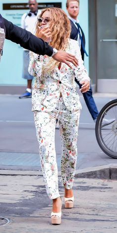 Beyonce stuns in floral pant suit as she walks bare feet to private jet (Photos)