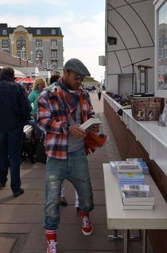 Vor der Lesung in der Muschel habe ich noch meine Bücher platziert ... Das Wetter hat auch mitgespielt ... nur etwas wärmer hätte es gerne sein dürfen! Ein perfekter Tag