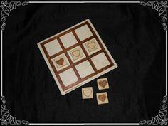 3 en raya, en madera pirograbado tanto la base como las piezas con dibujos de corazones...