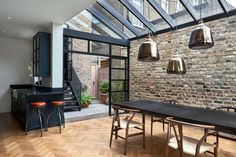 >> The architects chose Crittall-style glazing to encase the single-height space. These black gridded frames also encompass a mono-pitched glass roof. Highbury Hill extension by Blee Halligan Architects. We love the bare brick at reroom uk Victorian Terrace House, Victorian Homes, Victorian London, Modern Properties, Property Design, London House, House On A Hill, House Roof, House Extensions