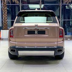 Petra Gold Rolls-Royce Cullinan Showcased With Moccasin Interior Voiture Rolls Royce, Royce Car, Rolls Royce Cullinan, Ferrari F40, Lamborghini Gallardo, Pagani Huayra, Rolls Royce Phantom, Best Muscle Cars, Luxury Suv