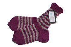 Nämä villasukat on neulonut Sike Salosta. Villasukkia valmistuu vuosittain kymmeniä ja varsinkin MM-jääkiekon aikana ovat sukkapuikot kovilla! Jännityksen tiivistyessä puikkojen kalina kovenee ja maalin tullessa saattavat kutimet lentää kattoon asti! Nämä sukat on suunniteltu kestämään, valmistuslankoina on käytetty kotimaisia 7-veljestä lankaa tai Nalle-lankaa. Konepesu villapesuohjelmalla 30 asteessa. http://www.salonsydan.fi/tuote/villasukat-koko-38-2/