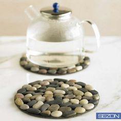 #KendinYap: Çakıl taşlarını yuvarlak kestiğiniz bezin üzerine yapıştırarak mutfağınız için şık bir o kadar da sağlam nihale yapabilirsiniz.