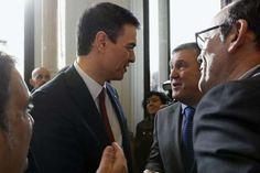 Pedro Sánchez saluda el miércoles en San Sebastián a los diputados del PNV Iñigo Barandiaran (centro... - EFE