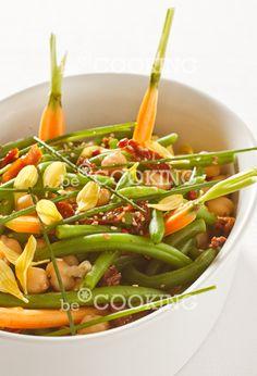 Insalata di ceci, fagiolini, pomodori secchi ed aceto di lamponi