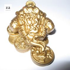 Gold Money Frog on Coins is a traditional Feng Shui symbol of good luck and wealth. Three legged frogs or Chan Chu sitting on Chinese Coins. Feng Shui Entryway, Feng Shui Front Door, Feng Shui And Money, Feng Shui Wealth, Feng Shui Owl, Feng Shui Symbols, Lucky Symbols, Gold Money, Best Homemade Dog Food