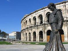 Statue du toreador devant les Arènes de Nîmes - Photo du Gard - Les Arènes de Nîmes datent de la fin du 1er siècle après Jésus Christ.