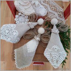 Linengler med blonder og kniplinger