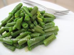 Super easy green beans salad - it's with garlic and olive oil, which makes it a great side dish or a salad! (with recipe)