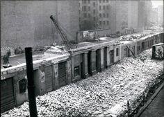 BERLIN in den 60er Jahren nach dem Mauerbau, Die Wohnhäuser entlang der Mauer an der Bernauer Straße wurden durch die DDR einfach niedergerissen