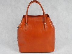 Kuferek damski Vera Pelle 4964 Włoska torebka wykonana z naturalnej skóry w kolorze camel. Dodatkowo długi pasek na ramię.