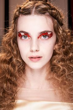 Simone Rocha Fall 2020 Ready-to-Wear Fashion Show Beauty: See beauty photos for Simone Rocha Fall 2020 Ready-to-Wear collection. Look 7 Makeup Trends, Beauty Trends, Hair Trends, Beauty Ideas, Vogue Paris, Studded Nails, Show Beauty, Bare Face, Metal Headbands