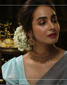 Own A Single Statement Neckpiece For Arresting Look! Check out how to wear single statement necklace for a killing saree look! Indian Jewellery Online, Indian Jewelry Sets, Indian Wedding Jewelry, Indian Weddings, Saree Jewellery, Bridal Jewellery, Temple Jewellery, Fashion Jewellery, Gold Fashion
