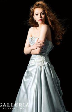 シルバーカラーがクールなドレス。立体的な胸元のデザインがとても華やか。