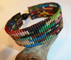 Aufwendig geknüpftes Armband in vielen verschiedenen Farben. Knallig bunt und voller Lebensfreude. Passt zu jedem Outfit.  Armband passt Frauen (...