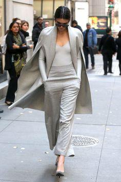 capa y pantalones de Sally Lapointe, body de Atea Oceanie, zapatos Paris de Saint Laurent y gafas de sol de Céline.
