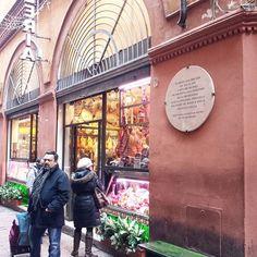 """《In questa casa ebbe sede dal 1242 al 1798 l'arte dei salaroli che presiedeva alla produzione dei salumi bolognesi di cui la sopraffina mortadella fece grande nel mondo il mito di Bologna """"La Grassa"""". Società Mutua Salsamentari 1876 pose nel 130° anniversario》  #bolognawelcome #mybologna #bologna #ig_bologna #igersbologna #ig_emiliaromagna #turismoER #igersemiliaromagna #vivo_bologna #twiperbole #bolognafood #saleprofumato"""