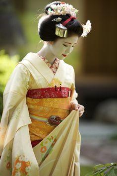 Maiko, Katsuna. Kyoto. Japan. #geisya #kimono #japanese culture