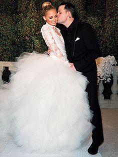 Nicole Richies brudklänning designad av Marschesa. Foto från People.om