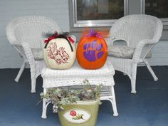 These two pumpkins are still sitting on the front porch - since the middle of November 2011. They have NOT rotted and look as cute as they did the day I cut the vinyl and put them out there. That was a good $ 20 spent on pumpkins. But Spring decoration - hmmm ....