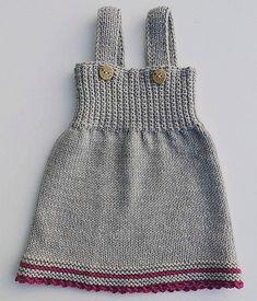 Gompikjole pattern by Kairi Aksnes Størrelser: nyfødt – 3 – 6 – 12 – 18 – 24 mnd Girls Knitted Dress, Knit Baby Dress, Baby Girl Patterns, Baby Knitting Patterns, Knitting Dolls Clothes, Doll Clothes, Bralette Pattern, Knit Crochet, Crochet Pattern