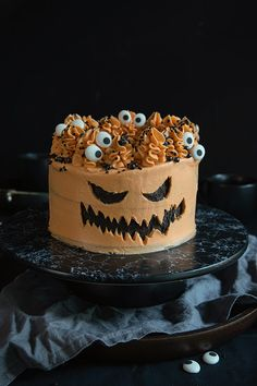 Halloween cake with carved buttercream from www.makeaa.fi