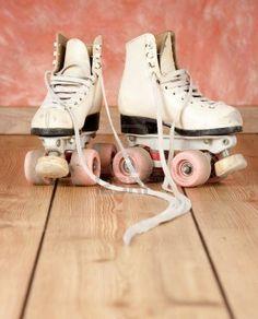 patines sobre un fondo de madera