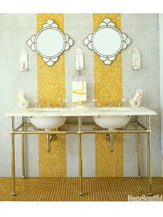 A RAYAS AMARILLAS El mosaico a rayas de la pared, de Waterworks, combina con el suelo en el baño de invitados de esta casa de campo, decorada por Jay Jeffers. Las rayas de color ámbar rompen el espacio y ponen una nota de fantasía.