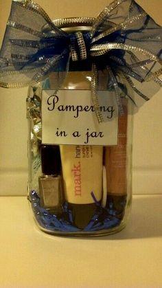 new ideas diy makeup gifts basket mason jars Simple Gifts, Easy Gifts, Homemade Gifts, Cute Gifts, Mason Jar Gifts, Mason Jars, Gift Jars, Diy Makeup Gift Basket, Avon Gift Baskets