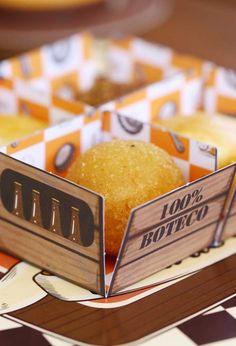 As caixetas dos doces ficam perfeitas quando personalizadas com o tema da festa. Snacks, Buffet, Dairy, Food, Friends, Invitation Birthday, Dinner Napkins, Creative Ideas, Invitations