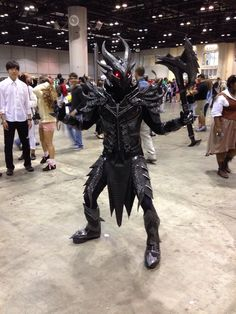 Daedric armor Skyrim cosplay ~ lol That guy in the background looks so confused. xD