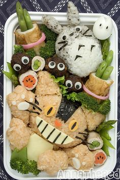Food Portal bento box by Munch on Totoro for lunch! Anna the Red is helpful and lists each item used to contruct this piece of edible art. Princesses look beautiful in cheese. This Zelda b. Kawaii Bento, Totoro, Japanese Lunch Box, Japanese Food, Bento Recipes, Bento Ideas, Lunch Ideas, Bento Box Lunch, Lunch Boxes