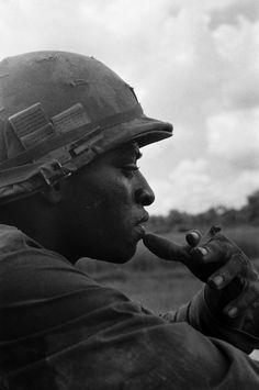 Um soldado não identificado faz uma pausa para um cigarro. Nome, data e local desconhecido.