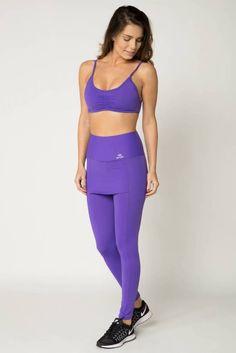6c683deea conjunto fitness esportivo feminino composto de top com bojo fixo e calça  legging com saia em tecido liso com efeito compressivo na cor roxa.