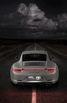 El contraste con el fondo de este precioso Porsche 911 es impresionante.