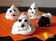 Fantasmini dolci (ricetta di Halloween). Ricetta per dei dolci di Halloween fatti in casa: simpatici fantasmi con cuore al cioccolato rivestiti di meringa