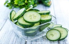 Sunken eyes mainly appear with aging and can happen due to many reasons.Worry not, here are effective home remedies for sunken eyes that will surely help you Cucumber Detox Water, Cucumber Juice, Cucumber Recipes, Cucumber Salad, Home Remedies, Natural Remedies, Cucumber Health Benefits, Sunken Eyes, Zero Calorie Foods