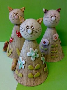 Kocourek Zvonek vysoký asi 17 cm Click the link to visit our site Clay Projects For Kids, Kids Clay, Ceramic Pottery, Ceramic Art, Chicken Wire Art, Clay Cats, Hand Built Pottery, Ceramic Figures, Ceramics Projects