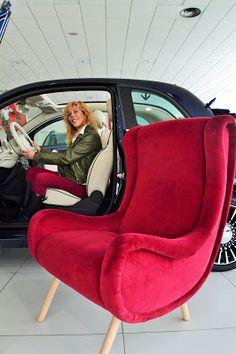 El nuevo Fiat 500 mira sorprendido a la replica del sillón Senior de Marco Zanuso y casi que le pregunta ¿Qué ...