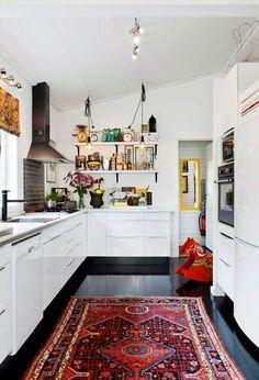 Flotte og farverige tæpper er ikke kun til boligens stuer og værelser. Du kan give køkkenet et helt makeover ved blot at tilføje noget smukt tekstil til gulvet.