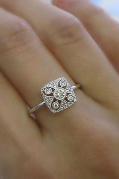 solid gold diamond art deco ring A pretty antique style diamond ring.A pretty antique style diamond ring. Anel Art Deco, Art Deco Schmuck, Bijoux Art Deco, Art Deco Ring, Art Deco Jewelry, Fine Jewelry, Hanging Jewelry, Jewelry Model, Paper Jewelry