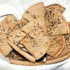 PITA CHIPS These fresh-from-the-oven triangles--pre-brushed with olive oil and herbs--have a warm and crunchy warm snap that you just can't get from a store bought bag. Pita Chips Recipe, Homemade Pita Chips, Baked Pita Chips, Homemade Hummus, Homemade Butter, Homemade Breads, Whole Wheat Pita Bread, Pasta, Appetizer Recipes