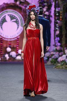 Vestido rojo largo con abertura. Diseño de Montesinos.