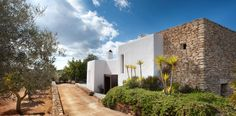 We take a peek into a stunning home in north Ibiza designed by TG Studio. Far from the bustle of the Ibiza strip sits this beautiful whitewashed villa. Mediterranean Houses, Dream Home Design, House Design, Garage Guest House, Ibiza Spain, Villa, Desert Homes, Design Moderne, White Houses