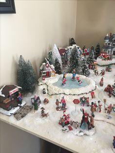 Pin on Christmad Diy Christmas Tree Skirt, Christmas Vases, Christmas Mood, Christmas Crafts, Christmas Centerpieces, Christmas Goodies, Christmas 2017, Christmas Village Decorations, Christmas Village Display